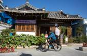 Cyclist cycles past old traditional Korean houses in Keonju Hanok Village, South Korea. — Stockfoto