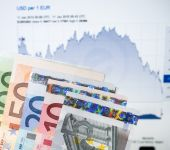 The Euro currency continues to fall — Foto de Stock