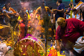 KUALA LUMPUR, MALAYSIA - FEBRUARY 3, 2015: Hindu devotees perform prayers at the Batu Caves temple on Thaipusam day. Hundreds of thousands of devotees come here for the Thaipusam prayers, a day of thanksgiving to Lord Muruga. — Stockfoto