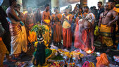 KUALA LUMPUR, MALAYSIA - FEBRUARY 3, 2015: Hindu devotees perform prayers at the Batu Caves temple on Thaipusam day. Hundreds of thousands of devotees come here for the Thaipusam prayers, a day of thanksgiving and devotion to Lord Muruga. — Stockfoto