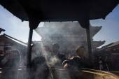 Buddhist devotees pray at the Sensoji (Asakusa Kannon Temple) in Tokyo — Stock Photo