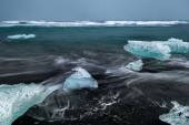 Wave movements around Ice blocks — Stock Photo