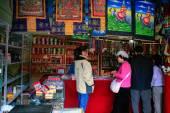Oct 23, 2006 - Sichuan, China: Tourists looking at Tibetan triba — Stock Photo
