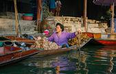 Dec 02, 2006 - Bangkok, Thailand. Trader selling local Thai food — Stock Photo