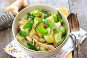 Oriental salad with cucumber and chicken — Stockfoto