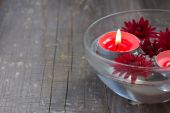 Red candles and flowers in a bowl — 图库照片