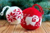 Knitted balls for Christmas tree decoration — Stock Photo