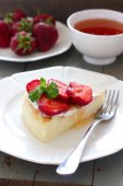 Law-fat cheesecake with strawberries and honey — Stock Photo