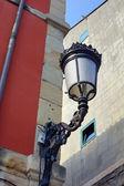 фонарный столб и красная стена — Стоковое фото