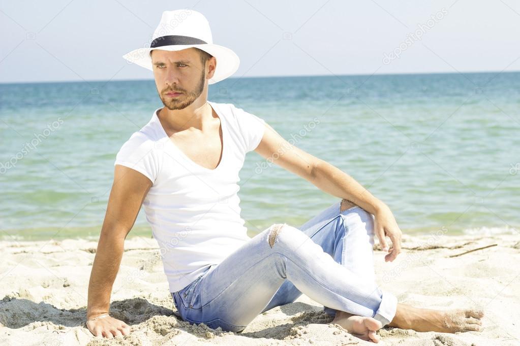 Fotos En La Playa Hombre: Hombre En La Playa Tumbado En La Arena Con Sombrero De