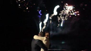 Casal de noivos feliz assistindo a saudação de fogos de artifício — Vídeo stock