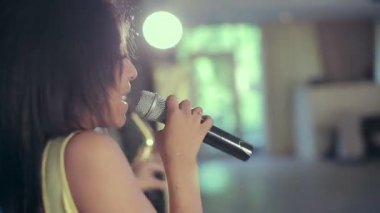 Dark-skinned black woman jazz singer singing a song on stage at the microphone. — Stock Video