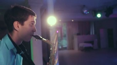 Saxophone player performs on stage with professional light. — Stock Video