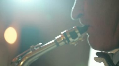 Middle-aged man saxophonist 50 years playing a musical instrument saxophone. — Stockvideo