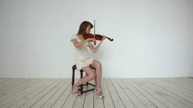 Beyaz bir arka plan üzerinde beyaz kemancı kız. — Stok video