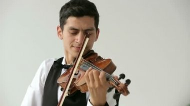 Latino violinist man on a white background. — Stockvideo