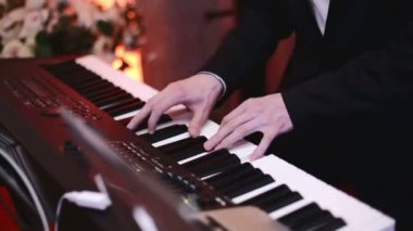 A man playing on a synthesizer — Stok video