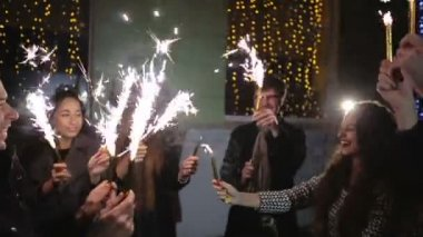 SLOW MOTION: Friends with sparklers dancing — Stock Video