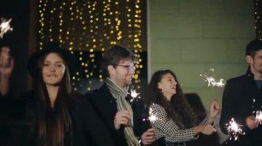 SLOW MOTION: Friends with sparklers dancing — Vídeo de stock