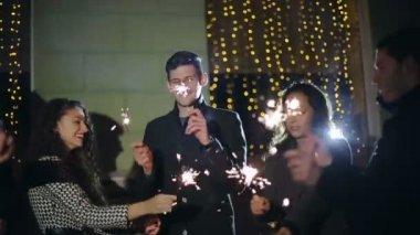 Câmera lenta: Amigos com estrelinhas dançando — Vídeo stock