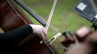 Musician playing violoncello on the street — Stock Video