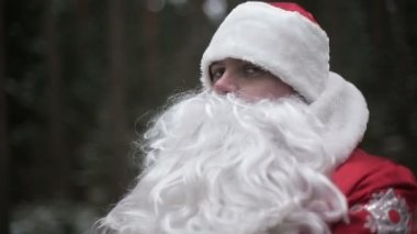 Santa Claus is fighting in the woods with robbers. Slow motion — Stock Video
