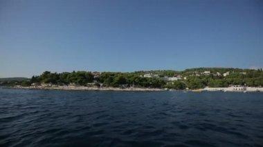 Лодка плавает, чтобы поддержать — Стоковое видео