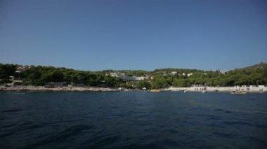 Boat swims to shore — Vídeo de stock