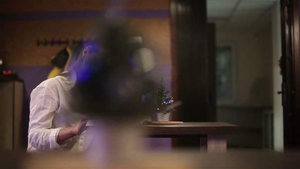 Girl student in a cafe reading a book. Slow motion — Vídeo de stock
