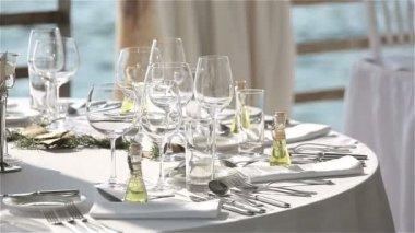 Mesa servida em um restaurante na praia ao pôr do sol na Europa — Vídeo stock