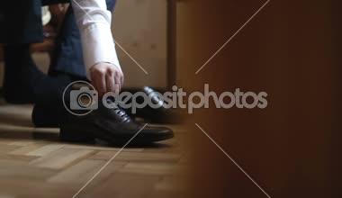 Der Mann legt die Schuhe auf. HD-Aufnahme mit Schieberegler — Stockvideo