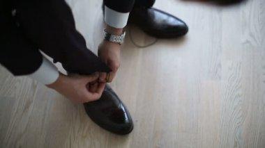 Der Mann legt die Schuhe auf. — Stockvideo