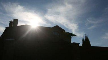Солнце по крыше большого семейного дома. последовательность 2 выстрела — Стоковое видео