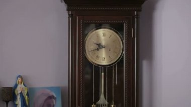 Old antique clock with statuette of the Virgin Mary — Vídeo de Stock