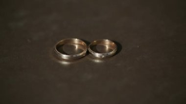 Couple of gold wedding rings at brown background. Sequence 2 shot — Stock Video