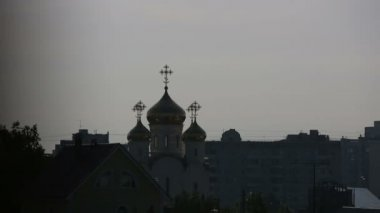 Orthodox church in the evening view from the window — Stok video