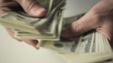 A businessman's hands counting hundred dollar bills at a table. Slow motion — Stock Video