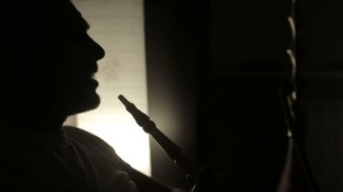 Rallentatore: Ombra di un uomo che fuma un narghilè. — Video Stock