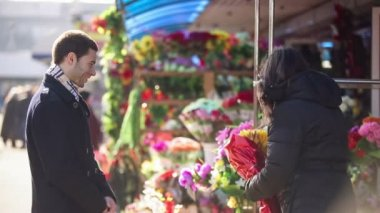 Man buying flowers in a street shop — Stock Video