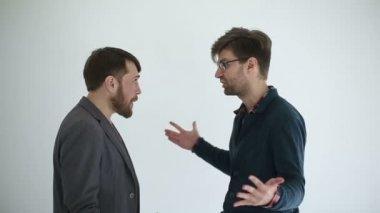Dwóch mężczyzn przysięga w tle. Zwolnionym tempie — Wideo stockowe