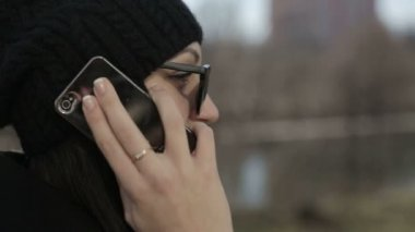 Young girl in sunglasses speaks by phone. Close up — Stock Video