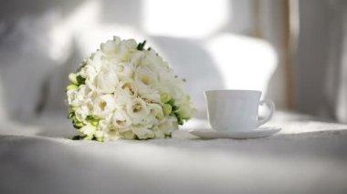 Kopp kaffe och blommor på morgonen i sovrummet — Stockvideo
