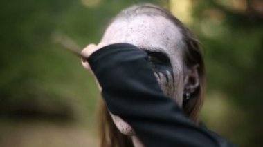 Artistic makeup for footages actors about Paganism. — Stock Video