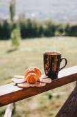 Cup of hot tea and croissant on balcony with mountains behind — Stock Photo