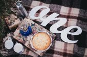 Fall picnic with homemade blueberry pie and tea in thermos — Stock Photo