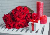 Gift box and red roses. Present on Valentine's Day for woman — Stock Photo