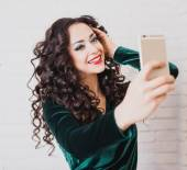 Beautiful woman take a self portrait with her smart phone — Stock Photo