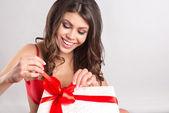 Manos de mujer sosteniendo regalo — Foto de Stock