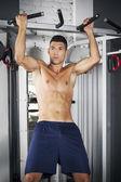 člověk dělá pull ups v tělocvičně — Stock fotografie