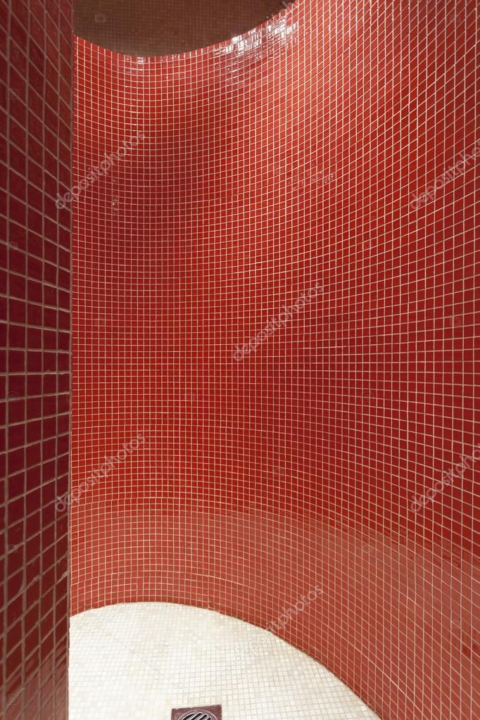 Cabina doccia moderna con piastrelle a mosaico rosso ...